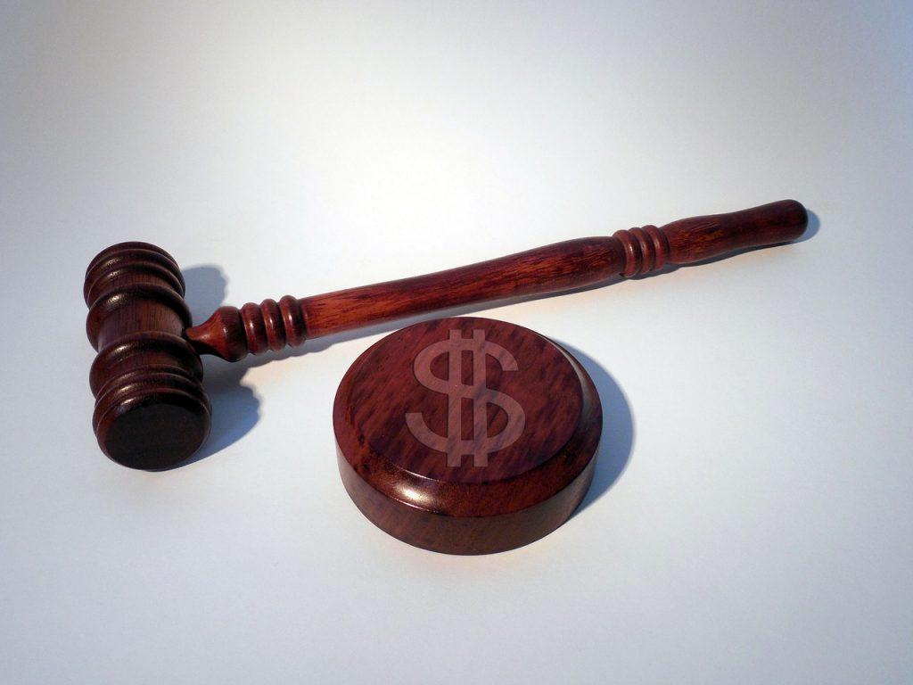 פטיש שופטים עם סימן דולר