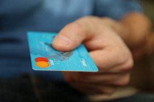 איש עם כרטיס אשראי