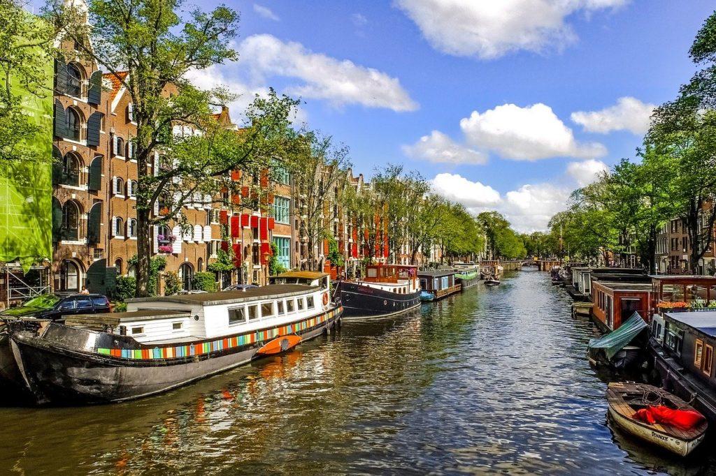 סירות ונהר באמסטרדם