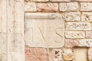 קיר מאבנים מעוצבות