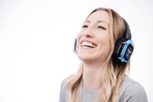 אישה שומעת מוזיקה