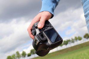 איש מחזיק מצלמה