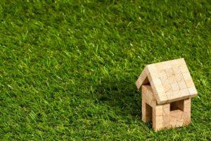 בית עץ מיניאטורי על דשא