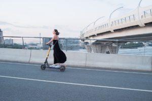 אישה נוסעת בכביש